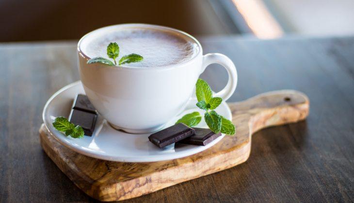 ¿Sabías que el color de la taza determina el sabor del chocolate caliente?